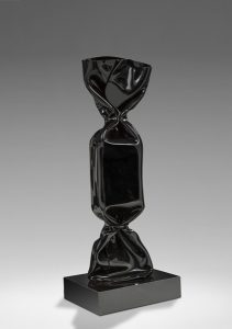Laurence JENKELL Wrapping Bonbon noir sculpture Résine Resin Galerie Mickaël Marciano Place des Vosges Paris.