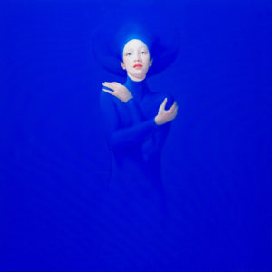 Andrzej Malinowski Artiste | Pudeur | hyperréalisme bleu blue | Galerie Mickaël Marciano Place des Vosges Paris